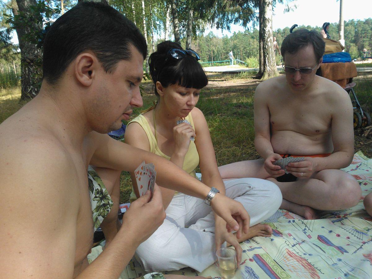 Сын играет с мамой в карты на раздевание 6 фотография